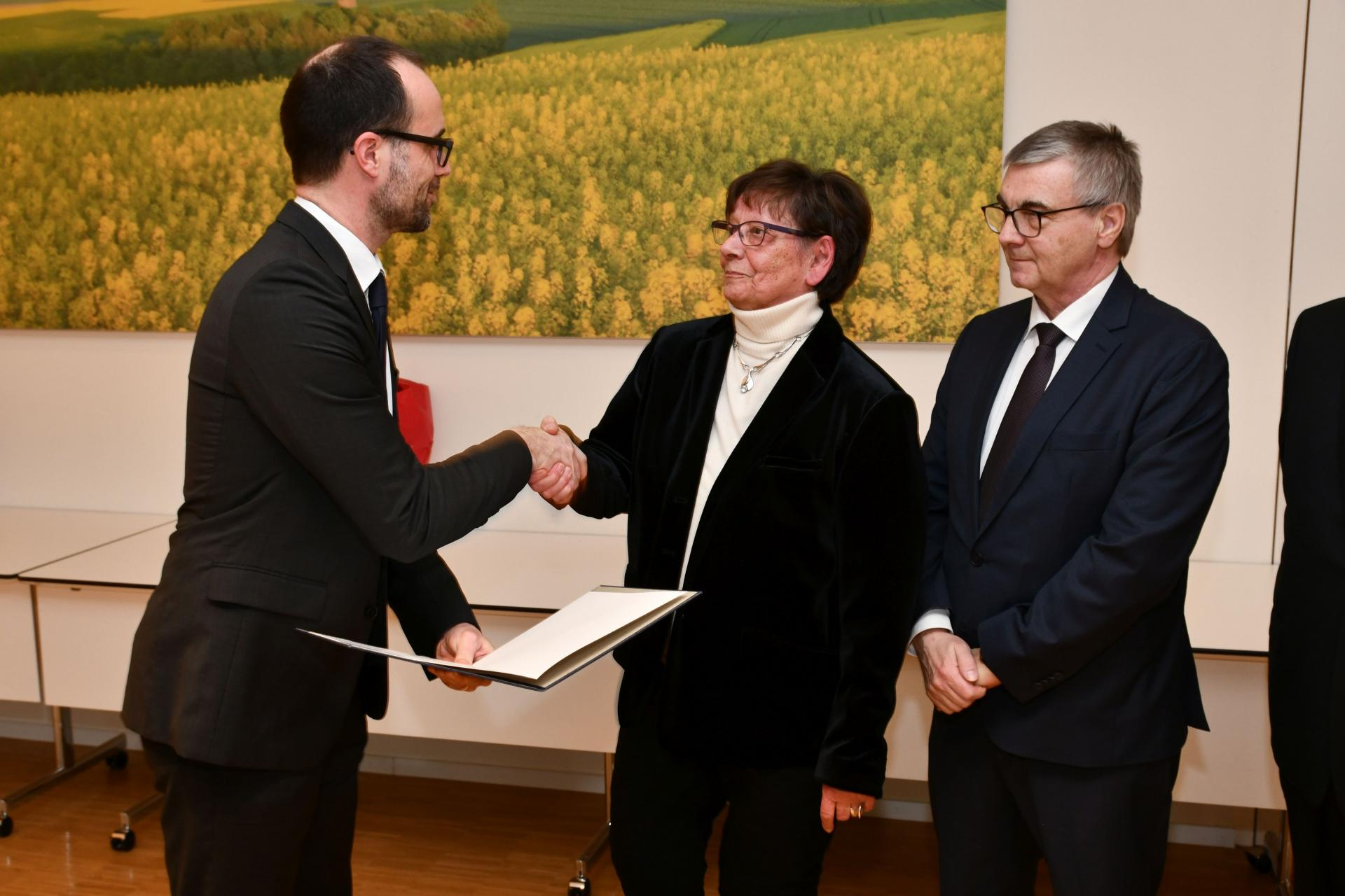 Foto der Galerie: Vorsitzende Hildegard Weber mit der Verdienstmedaille des Landes Rheinland-Pfalz ausgezeichnet