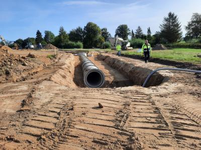 Die Rohre der Oberflächenentwässerung dienen gleich als Speicher, damit nur die genehmigte Wassermenge an den Vorfluter eingeleitet wird,