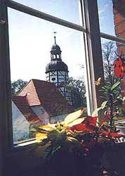 Blick vom Küchenfenster zur Dorfkirche
