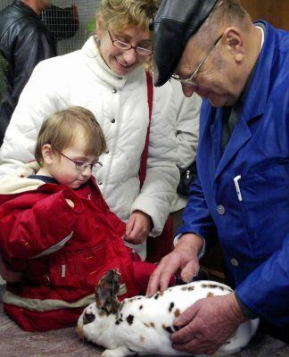 Zuchtfreund Siegfried Rothenberger zeigt den Schaubesuchern seinen dreifarbigen Dalmatiener Rex.