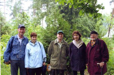 Vorstandsmitglieder bei der Übernahme einer Baumpatenschaft