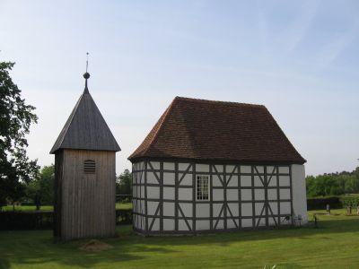Fachwerkbau mit nebenstehendem Glockenturm