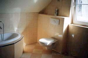 Muster Bad unter einer Dachschräge