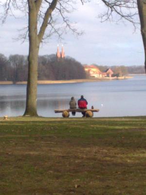 Blick vom Campingplatz über den See zum Kloster und der Insel..