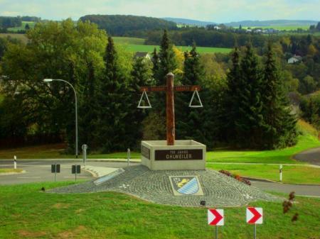 Kreisel am Ortseingang von Ohlweiler - gestaltet von Josef Stalzer