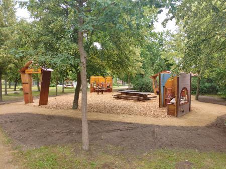 Rast- und Spielplatz mit Kunstobjekt