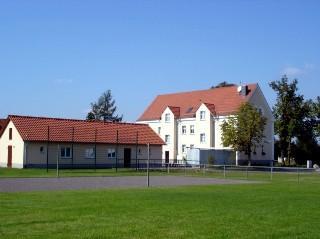 Dorfgemeinschaftshaus und zu Wohnungen ausgebaute alte Schule