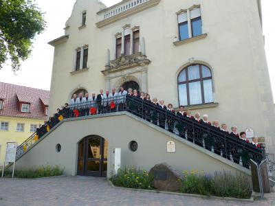 Auf der  Rathaustreppe in Möckern