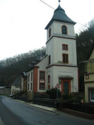 Kirche in der engen Ortsmitte