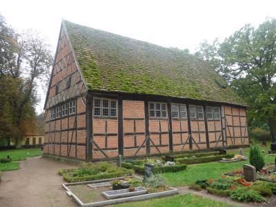 In Fachwerkbauweise - die Kirche in Retzow hat einen der schönsten Dorfplätze Deutschlands.