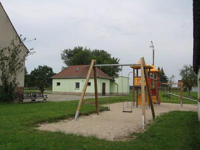 Feuerwehr und Spielplatz am Gemeinschaftshaus