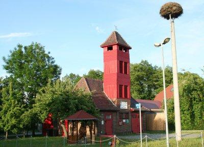 Das Feuerwehrgerätehaus in Müschen wird von einem Storchennest und dem