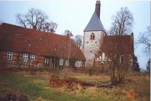 Predigerwitwenhaus gleich neben der auf einem Hügel stehenden Kirche