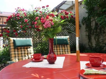 Terrasse mit Sitzmöbeln