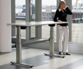 ergonomische Steh- Sitztische erobern die Büros