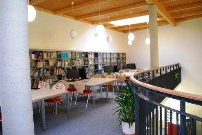 Empore: Sachbuchbereich und PC-Arbeitsplätze mit kostenfreiem Internetzugang