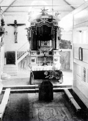 Der Altar vor 1950 mit den Grabplatten im Fussboden