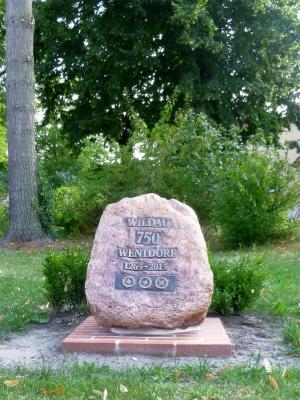 Mitten auf dem Dorfplatz der 750 Jahre Gedenkstein Wildau-Wentdorf