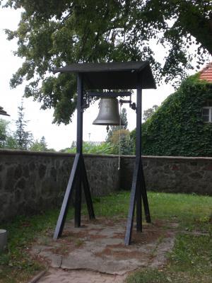 Freistehende Glocke auf dem Friedhof in Lindhorst