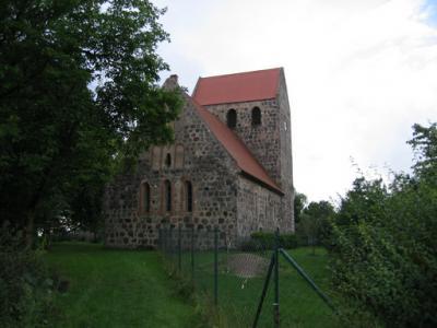 Ende des 14. Jahrhunderts wurde die Kirche im Romanischen Baustil errichtet.
