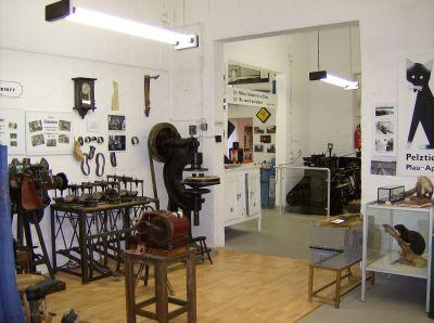 Blick aus der Schusterwerkstatt in andere Abteilungen des Museums