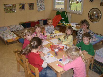 Kinder beim Lernen mit der Erzieherin