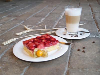 Sommerkuchen mit Latte Macchiato