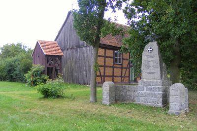 Kirche mit Glockenturm und Ehrenmal