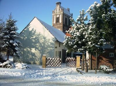 Blick auf die Kirche im winterlichen Lindena