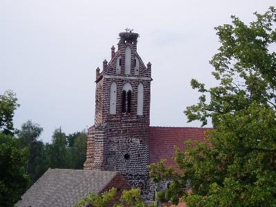 Die Kirche wird auch von Störchen genutzt.