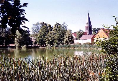 Blick über den Dorfteich zur Kirche