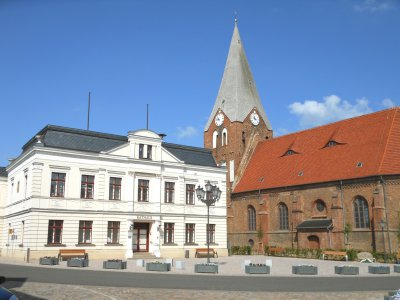 Marktplatz mit Rathaus und Kirche