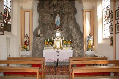 vom Eingang Richtung Altar betrachtet