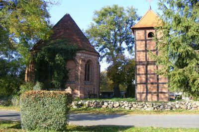 Kirche mit freistehendem Glockenturm