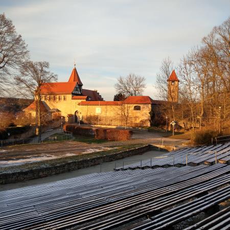 Die Niederburg mit Freilichtbühne in der Abendsonne