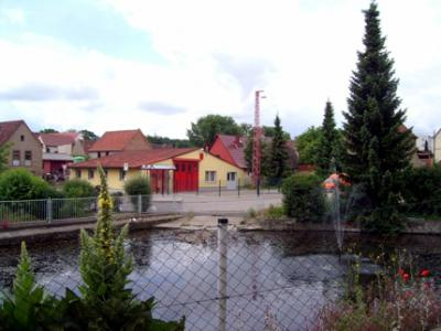 Blick auf den Dorfplatz mit Teich und Feuerwehr