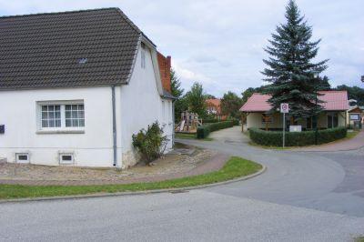 Dorfstraße - im Hintergrund das Gemeinschaftshaus