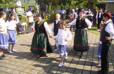 Anlässlich solcher Höhepunkte zeigt die Tanzgruppe ihre eingeübten Volkstänze.