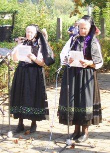 Inge Moschkau und Ingrid Schmidt tragen oft ihre selbstverfassten Mundarttexte vor.