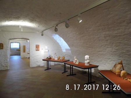 Blick in die Austellungsräume im Gewölbekeller der Propstei Zella
