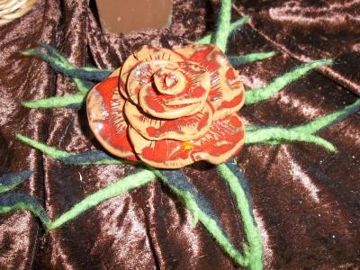 Tonrose mit Filzdeko