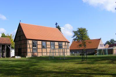 Mertensdorf: Kirche mit Glockenturm