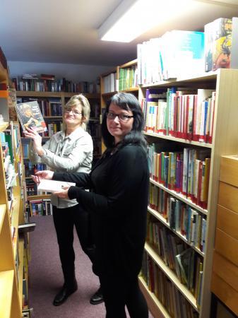 Bibliotheksleiterin Carola Kleinert mit Marianne Bock