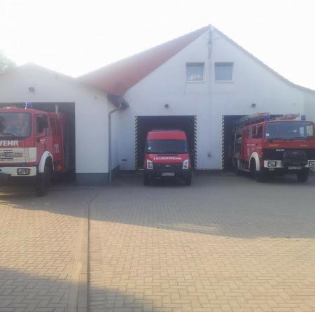 Gerätehaus FFw Leezen mit HLF 24, ELW1 und KatSchLF 16 TS