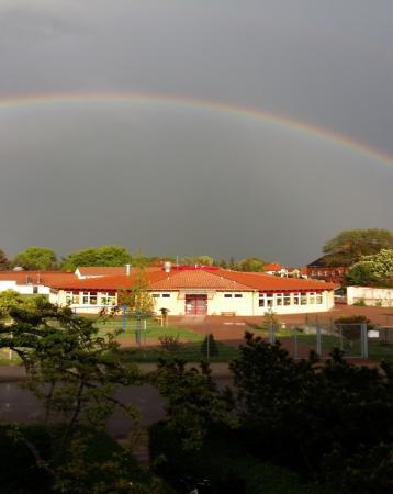 Grundschule mit Regenbogen