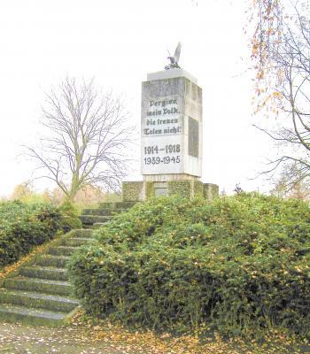 Das Denkmal 1914 - 18 im Park an der Peene erinnert an die Gefallenen des I. Weltkrieges. Die Einweihungsfeier fand am 19.10.1931 statt. Zur Erinnerung an die Gefallenen des II. Weltkrieges wurde nachträglich die Inschrift 1939 - 1945 angebracht.