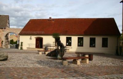 Bibliothek mit Toreinfahrt zur Schlossdomäne (Hofansicht)