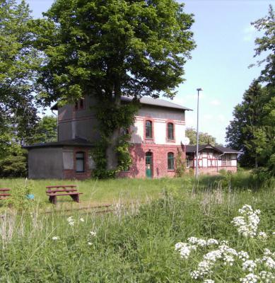 Der Schorrentiner Bahnhof mit Aborthaus, Empfangsgebäude und Gepäckabfertigung
