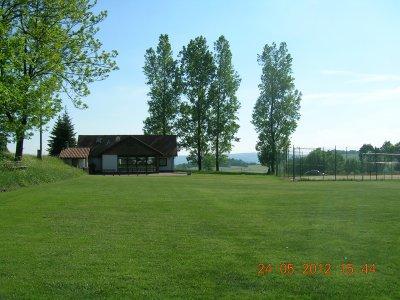 Sportplatz mit Tennisplatz und Sportlerheim