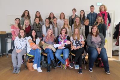 Absolventen des Babysitterkurses 2015 mit Jutta Nürnberger (Referentin), Verena Danner (Projektleiterin beim Zweckverband Oberpfälzer Seenland) und Helga Forster (Gleichstellungsbeauftragte des Landkreises)